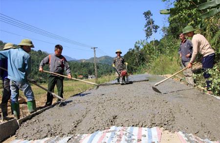 Đường liên thôn Nam Hồng được bê tông hóa nhờ làm tốt tuyên truyền, vận động nhân dân chung tay xây dựng nông thôn mới.