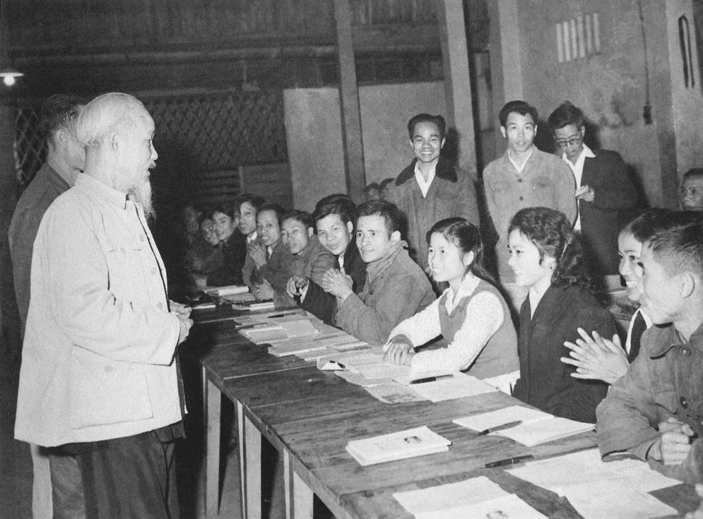 """Chủ tịch Hồ Chí Minh thăm lớp học bổ túc văn hóa và kỹ thuật buổi tối của công nhân Nhà máy ô tô """"1-5"""", lá cờ đầu của phong trào bổ túc văn hóa ngành Công nghiệp Hà Nội (19-12-1963).  (Ảnh tư liệu)"""
