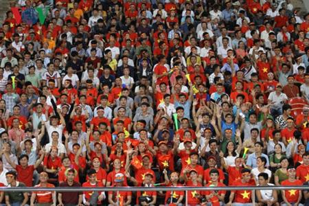 Các cổ động viên Việt Nam tiếp sức cho thầy trò HLV Park Hang Seo trên sân vận động quốc gia Lào