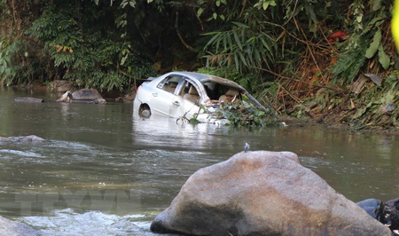 Sau khi lao xuống vực hơn 30m, chiếc xe bị tai nạn ngập trong nước của sông Nậm Rốm.