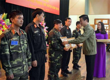 Đồng chí Nguyễn Chiến Thắng- Phó Chủ tịch UBND tỉnh, Trưởng ban Chỉ đạo diễn tập tỉnh trao băng khen cho các tập thể và cá nhân.
