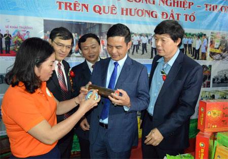 Đồng chí Dương Văn Tiến - Phó Chủ tịch UBND tỉnh cùng các đại biểu tham quan gian hàng tại Hội chợ triển lãm hàng công nghiệp-tiểu thủ công nghiệp vùng Tây Bắc 2018.