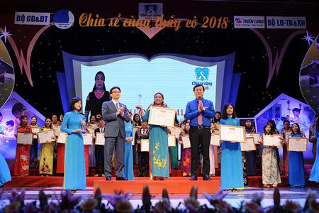 Phó Thủ tướng Vũ Đức Đam cùng Bí thư thứ nhất Trung ương Đoàn TNCS Hồ Chí Minh Lê Quốc Phong trao phần thưởng tặng các thầy giáo, cô giáo dự chương trình
