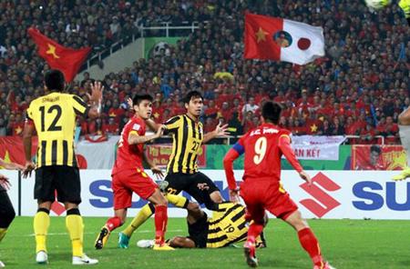 Malaysia (áo vàng) luôn đem lại rất nhiều thử thách cho tuyển Việt Nam