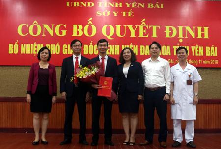 Đồng chí Nguyễn Văn Tuyến - Giám đốc Sở Y tế trao Quyết định bổ nhiệm Phó Giám đốc Bệnh viện Đa khoa tỉnh cho thạc sỹ, bác sĩ Diêm Sơn.