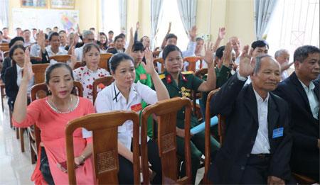 Các đại biểu dự Đại hội đại biểu MTTQ xã Bảo Hưng lần thứ XIII biểu quyết thông qua các chỉ tiêu, nhiệm vụ nhiệm kỳ 2019 - 2024.