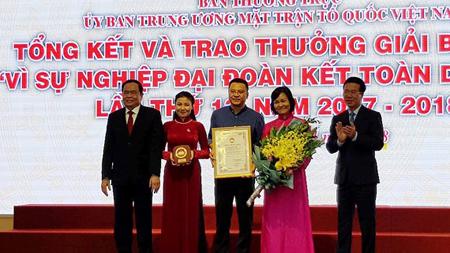 Trao giải cho nhóm tác giả đoạt giải