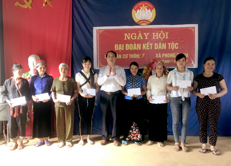 Tổng biên tập Báo Yên Bái Nông Thụy Sỹ tặng quà cho các hộ nghèo thôn 7.