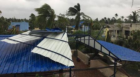 Một ngôi nhà bị tốc mái do bão Gaja.