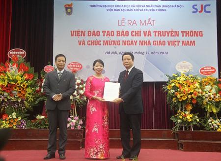 GS.TS Nguyễn Văn Kim- Phó Hiệu trưởng Trường ĐH KHXH&NV trao Quyết định thành lập Viện và bổ nhiệm Ban Lãnh đạo Viện