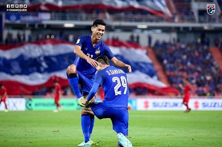 Các cầu thủ Thái Lan ăn mừng chiến thắng.