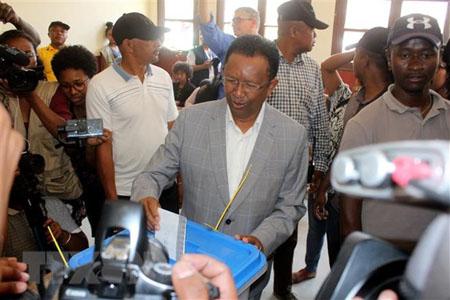 Ứng viên Tổng thống Madagascar Hery Rajaonarimampianina bỏ phiếu tại điểm bầu cử ở Antananarivo, ngày 7/11/2018.