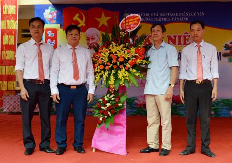 Đồng chí Nguyễn Văn Lịch - Trưởng ban Nội chính Tỉnh ủy tặng hoa chúc mừng tập thể giáo viên Trường Tiểu học và THCS xã Tân Lĩnh