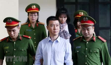 Lực lượng chức năng đưa bị cáo Phan Sào Nam vào tòa.