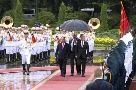 Thủ tướng Nguyễn Xuân Phúc và Thủ tướng Nga Medvedev duyệt đội danh dự.