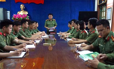 Việc thực hiện NQTW4 khóa XII gắn với học tập làm theo Sáu điều Bác Hồ dạy Công an nhân dân được duy trì thường xuyên trong các cuộc sinh hoạt chi bộ của Phòng An ninh chính trị nội bộ, Công an tỉnh.