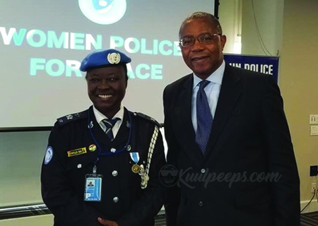 Bà Phyllis Ama Tebuah Osei (trái).
