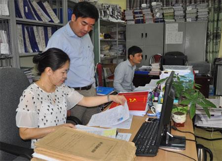Cán bộ Cơ quan Tổ chức - Nội vụ huyện Yên Bình rà soát hồ sơ kết nạp đảng viên.