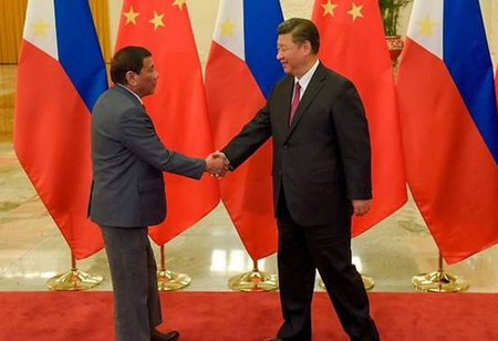 Tổng thống Philippines Rodrigo Duterte đón Chủ tịch nước Trung Quốc Tập Cận Bình.