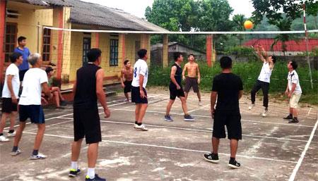 Bóng chuyền hơi - môn thể thao quần chúng thu hút nhiều đối tượng tham gia.