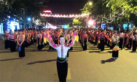 Nét đẹp của các cô gái Thái trong hoạt động diễu diễn đường phố tại đêm khai mạc Tuần Văn hóa - Du lịch Mường Lò.