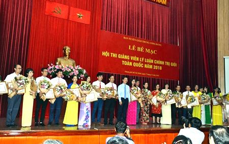 Đồng chí Võ Văn Thưởng - Ủy viên Bộ Chính trị, Bí thư T.Ư Đảng, Trưởng Ban Tuyên giáo T.Ư trao giải cho các thí sinh.