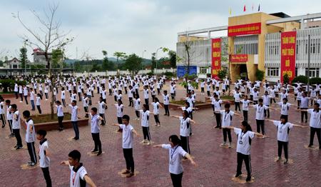 Học sinh Trường THPT Chuyên Nguyễn Tất Thành hoạt động thể dục giữa giờ.