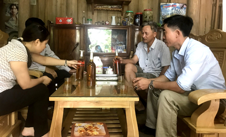 Ông Nguyễn Văn Tuyên ở thôn Tiên Phong, xã Hán Đà giới thiệu sản phẩm mật ong.