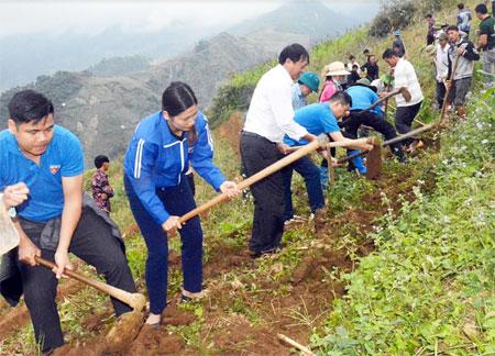 Gần 1 nghìn đoàn viên, thanh niên tham gia công trường khai hoang ruộng bậc thang đợt I tại xã Nậm Có, huyện Mù Cang Chải.