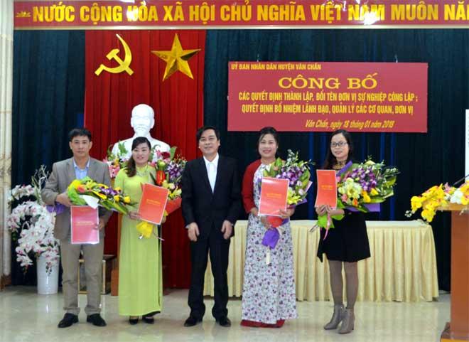 Lãnh đạo Cơ quan Truyền thông và Văn hóa huyện Văn Chấn (cơ quan sáp nhập) nhận quyết định bổ nhiệm.