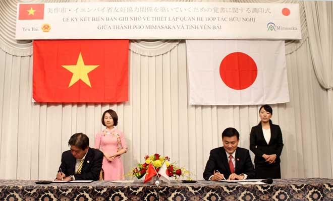 Đồng chí Nguyễn Chiến Thắng - Ủy viên Ban Thường vụ Tỉnh ủy, Phó Chủ tịch Ủy ban nhân dân tỉnh và ngài Haghigoara Sâyji - Thị trưởng thành phố Mimasaka ký kết Thỏa thuận hợp tác giữa hai bên.