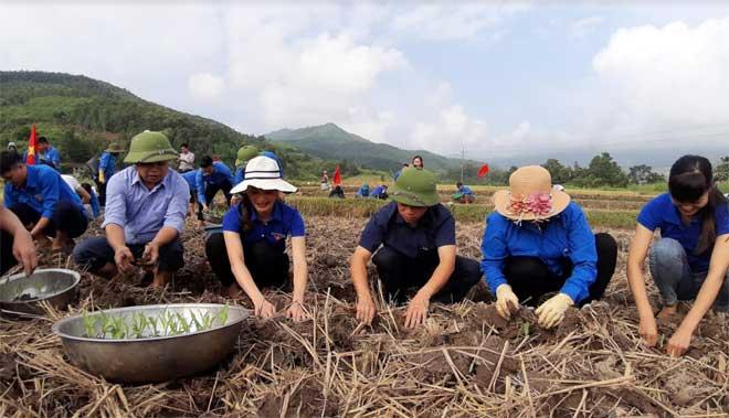 """Hoạt động """"Ngày thứ 7 cùng dân"""" được cán bộ xã Nghĩa Sơn tổ chức thực hiện nhằm tuyên truyền, vận động nhân dân mở rộng diện tích trồng cây vụ 3."""