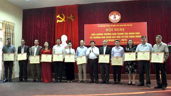 Đồng chí Giàng A Tông - Ủy viên Ban Thường vụ Tỉnh ủy, Chủ tịch Ủy ban MTTQ tỉnh tặng bằng khen cho các Trưởng ban TTDN và Trưởng ban GSĐTCĐ tiêu biểu, giai đoạn 2014 - 2019.