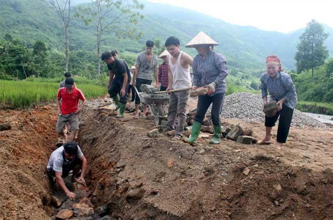 Đồng bào dân tộc thiểu số xã Ngòi A, tham gia xây dựng hạ tầng nông thôn.
