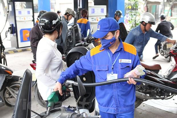 Nhân viên Petrolimex đang bán xăng cho khách hàng.