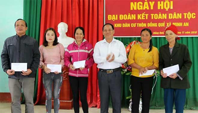 Đồng chí Triệu Tiến Thịnh - Phó Chủ tịch HĐND tỉnh trao quà cho các hộ nghèo có hoàn cảnh khó khăn thôn Đồng Quẻ, xã Minh An