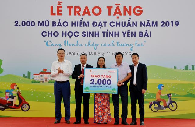Đại diện Honda Việt Nam trao biểu trưng 2.000 mũ bảo hiểm cho đại diện các trường