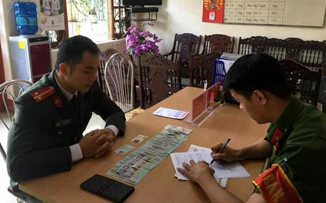 Trung úy Triệu Quý Tư trình báo và giao nộp chiếc ví bị rơi cho Công an phường Đồng Tâm