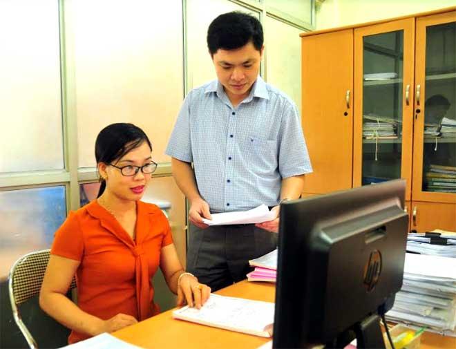 Cán bộ Chi cục Thuế huyện Trấn Yên rà soát danh sách các doanh nghiệp nợ đọng thuế trên địa bàn.