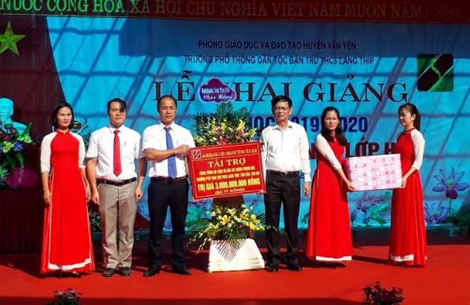 Lãnh đạo Agribank Chi nhánh Bắc Yên Bái trao tặng công trình trường học cho xã Lang Thíp, huyện Văn Yên.