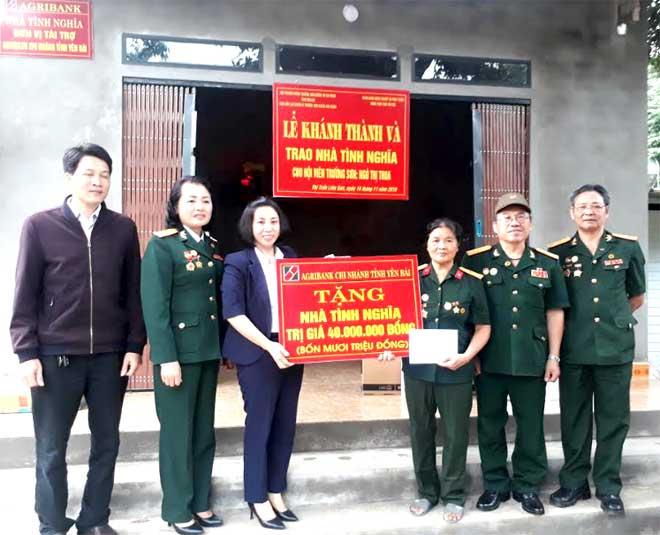 Lãnh đạo Ngân hàng Nông nghiệp và Phát triển nông thôn Yên Bái cùng Hội Cựu thanh niên xung phong trao quà cho bà Ngô Thị Thoa nhân dịp bàn giao ngôi nhà mới.