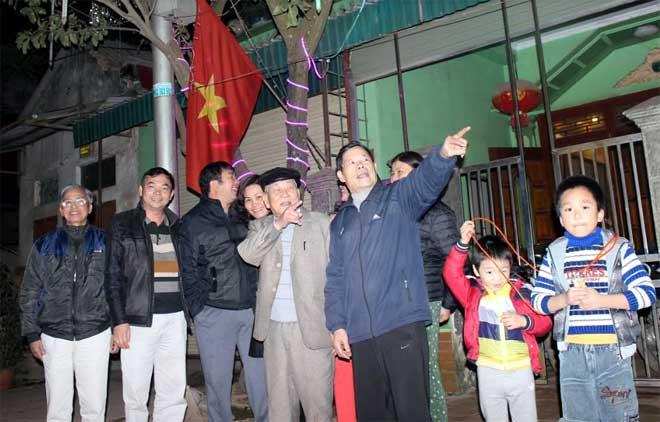 Nhân dân phường Nam Cường và phường Nguyễn Thái Học bàn phương án phối hợp trang trí tuyến đường Trần Bình Trọng.