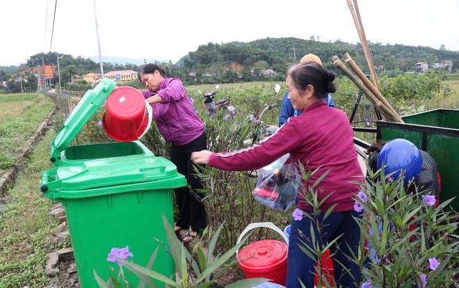 Người dân thu gom, đổ rác đúng nơi quy định.