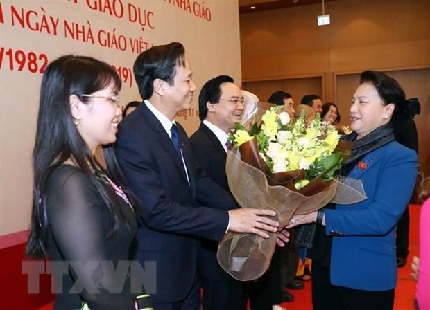 Chủ tịch Quốc hội Nguyễn Thị Kim Ngân tặng hoa các đại biểu tại buổi gặp mặt.