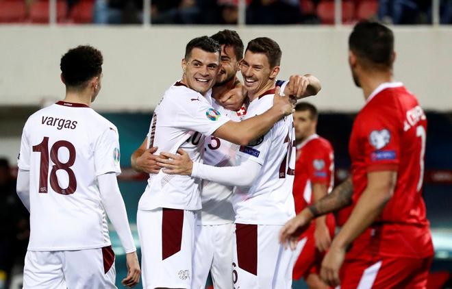Thụy Sĩ (áo trắng) giành vé dự vòng chung kết Euro 2020.