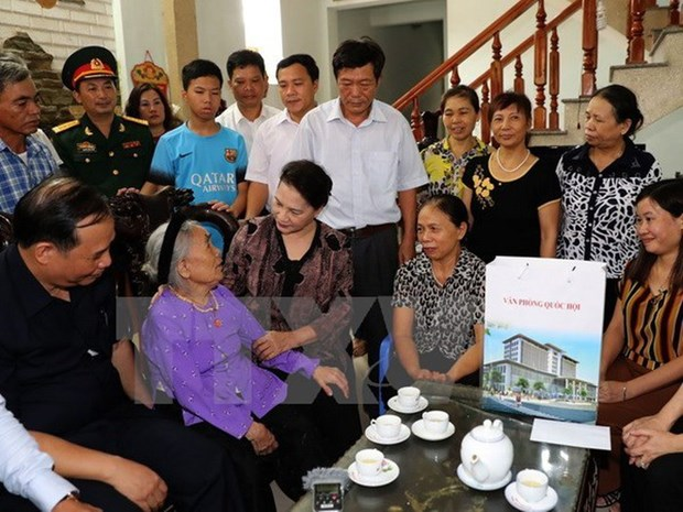 Chủ tịch Quốc hội Nguyễn Thị Kim Ngân tới thăm, tặng quà Mẹ Việt Nam Anh hùng.