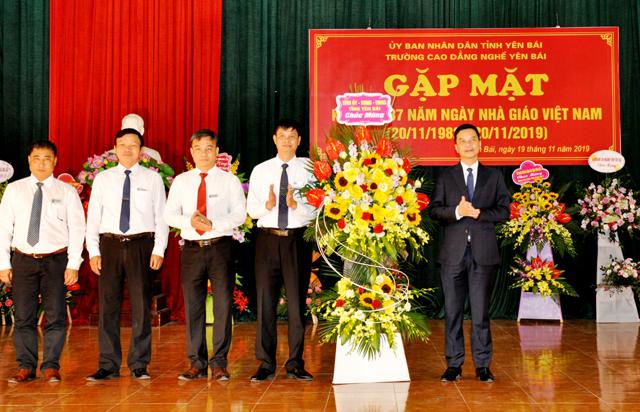 Đồng chí Dương Văn Tiến - Phó Chủ tịch UBND tỉnh tặng hoa chúc mừng nhà trường nhân kỷ niệm 37 năm Ngày Nhà giáo Việt Nam.