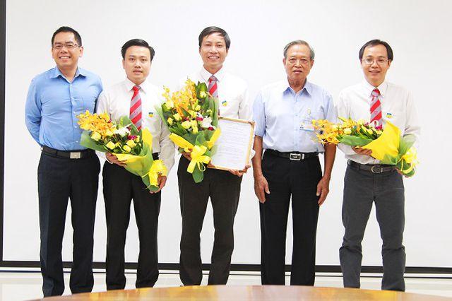 PGS.TS Nguyễn Xuân Hùng (người ở giữa) từng có 5 năm liên tiếp trong top 1% nhà khoa học ảnh hưởng nhất thế giới (ảnh trường ĐH Công nghệ TPHCM).