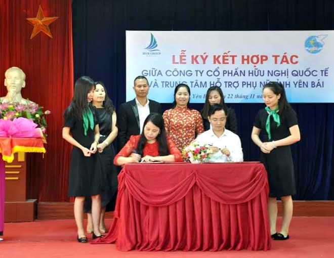 Đại diện Công ty cổ phần Hữu nghị quốc tế và Trung tâm Hỗ trợ phụ nữ tỉnh ký kết hợp tác.