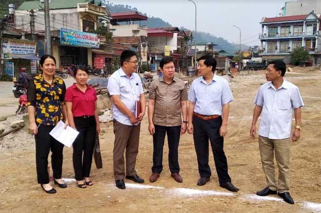 Ban Kinh tế - Ngân sách Hội đồng nhân dân tỉnh giám sát việc chấp hành pháp luật trong cấp giấy chứng nhận quyền sử dụng đất, quyền sở hữu nhà ở và tài sản gắn liền với đất tại huyện Mù Cang Chải.